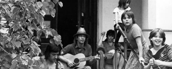 Juni 1979 Musiker und Kinder auf der Freitreppe.