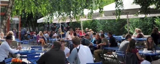 Der Sommergarten des Café Olé mit Gästen