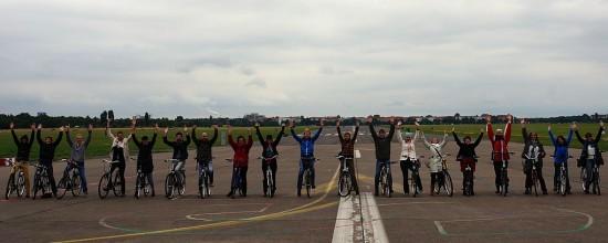 Workshopteilnehmer auf dem Tempelhofer Feld auf Fahrradtour