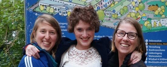 Drei lachende Frauen aus drei verschiedenen Ländern: Argentinien, Frankreich, Schweden