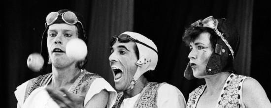 Drei Jongleure mit Fliegerkappem
