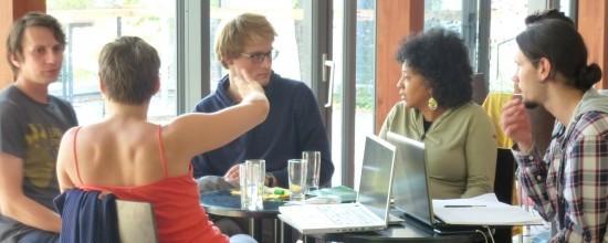 CSOS participants diskutieren im Theaterfoyer der ufaFabrik