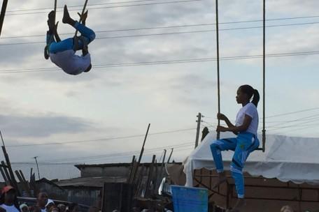 Zwei Artisten am Trapez