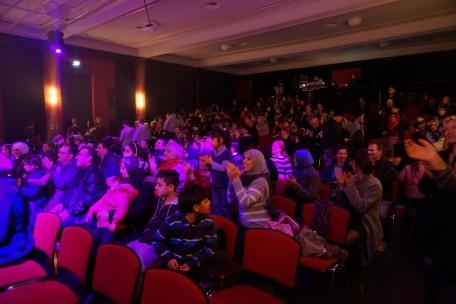 Das Publikum freut sich.