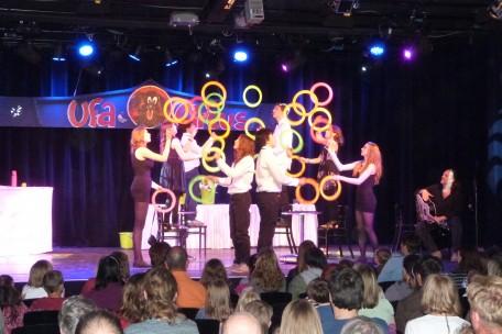 Kinder jonglieren mit Ringen