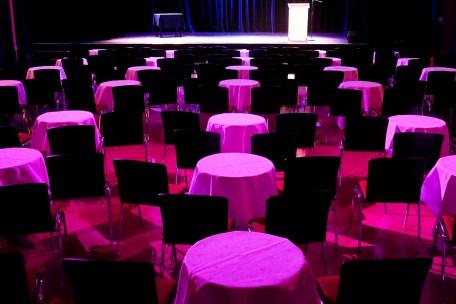 Theatersaal mit Tischenarrangements