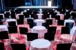 Theatersaal mit Tischarrangement